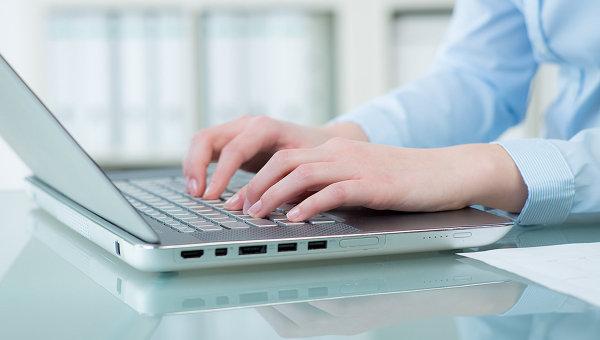 Женщина работает за ноутбуком. Архивное фото