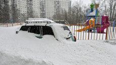 Автомобиль, занесенный снегом. Архивное фото