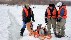 Спасатели с техникой для вскрытия льда