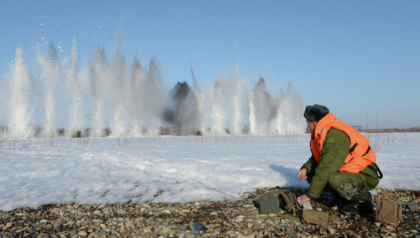 Военные ликвидируют ледовые заторы на реке Бия. Архивное фото