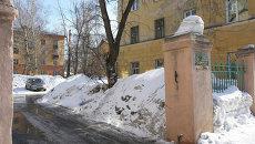 Снежные завалы во дворах Калининского района в Новосибирске