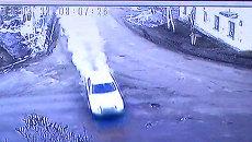 Автомобиль на скорости врезался в жилой дом. Съемка камеры наблюдения