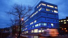 Здание делового центра ЛеФОРТ подсвечено синими прожекторами в рамках акции Light It Up Blue. Архивное фото