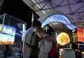 """Посетители на международной мультимедийной выставке """"Научный туннель Макса Планка"""""""