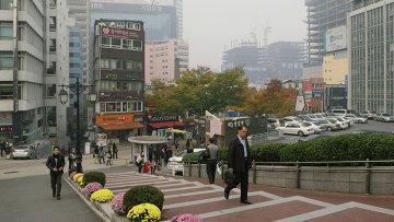 На одной из улиц города Сеула, архивное фото