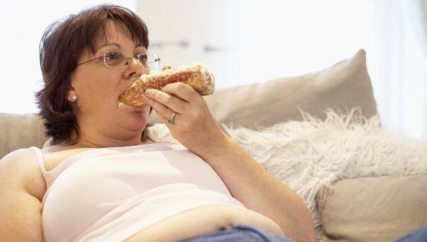 толстая тётка трётся о диван