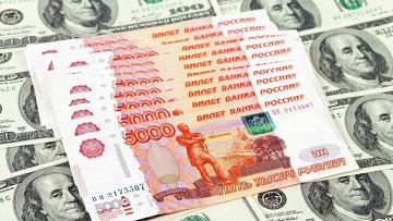 Российские рубли на фоне американских долларов, архивное фото