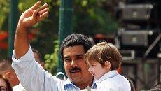 Кандидат на пост президента Венесуэлы Николас Мадуро и его жена Силия Флорес