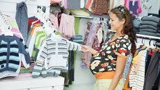 Женщина в отделе детской одежды