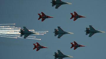 Истребители Су-27 и МиГ-29 пролетают над Красной площадью во время военного парада