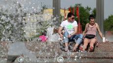 Горожане отдыхают у фонтана около станции метро Кузьминки