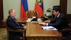 Президент России Владимир Путин на встрече с губернатором Челябинской области Михаилом Юревичем. Архивное фото