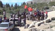Столкновения повстанцев с милицией в Киргизии. Кадры очевидцев