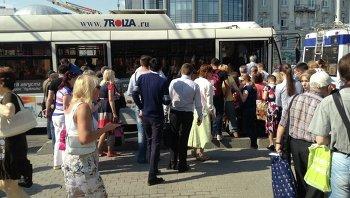 Люди садятся в общественный транспорт возле станции метро Парк культуры