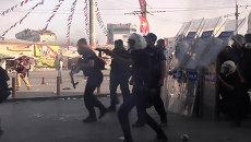Полиция стреляла резиновыми пулями в швыряющих камни демонстрантов в Стамбуле