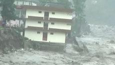 Очевидцы сняли, как жилой дом рухнул в реку во время наводнения