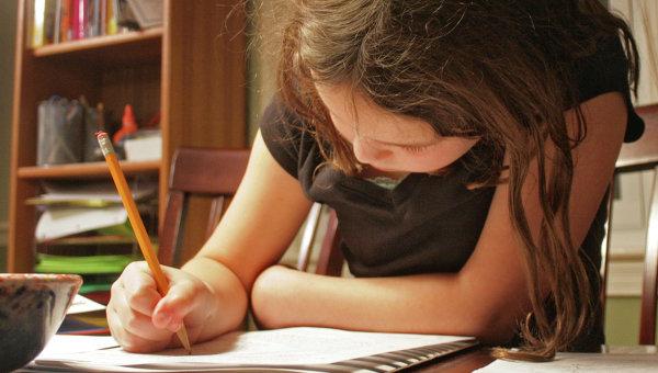 Девочка делает домашнее задание. Архивное фото