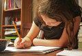 Девочка делает домашнее задание