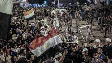 Сторонники свергнутого президента Моххамеда Мурси у офиса республиканской гвардии, где предположительно находится Мурси