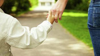 Ребенок в руках взрослого. Архивное фото