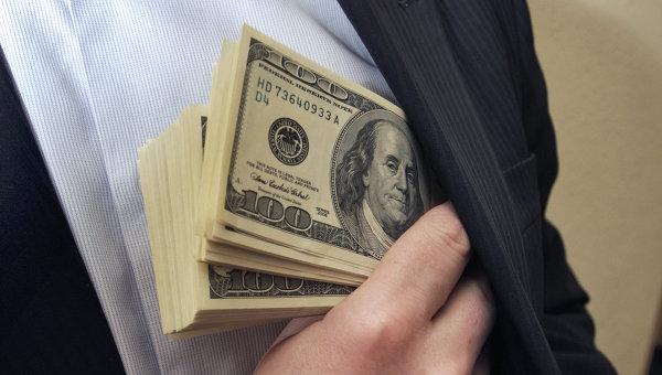 Денежные купюры: доллары США. Архивное фото