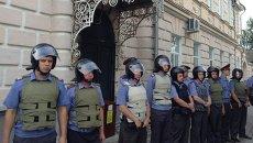 Сотрудники полиции охраняют мэрию Пугачева от митингующих