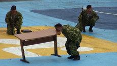 Морпех поднял письменный стол зубами на Дне ВМФ во Владивостоке