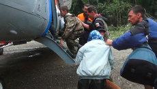Спасатели рубили деревья в тайге, чтобы эвакуировать туристов