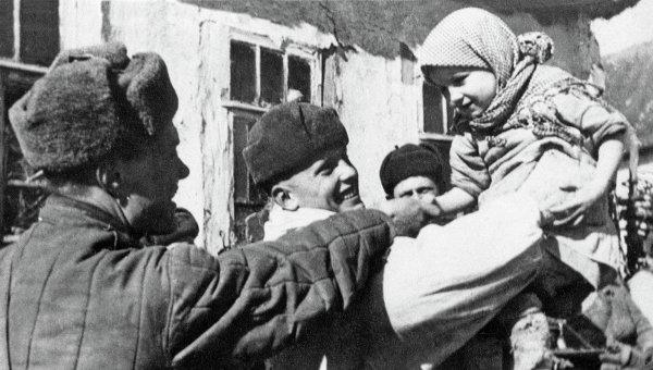 Первые мирные дни в освобождённом селе под Курском. Архивное фото
