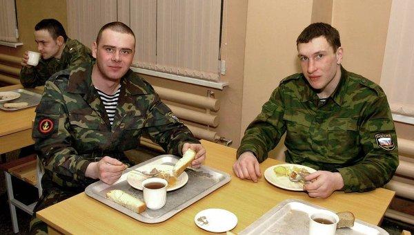 Солдаты за обедом. Архивное фото