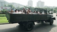 Военнослужащие едут в кузове грузовика в Пхеньян