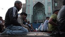 Мусульмане во время празднования Ураза-байрама на Соборной площади в Санкт-Петербурге.