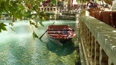Лодка на воде в турецком городе Урфа (Шанлыурфа)
