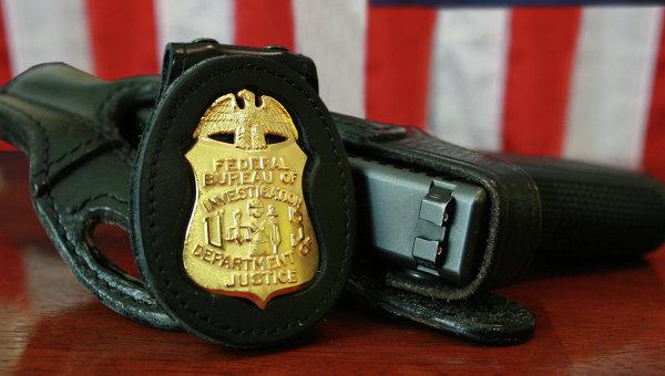 Жетон и табельный пистолет сотрудника ФБР