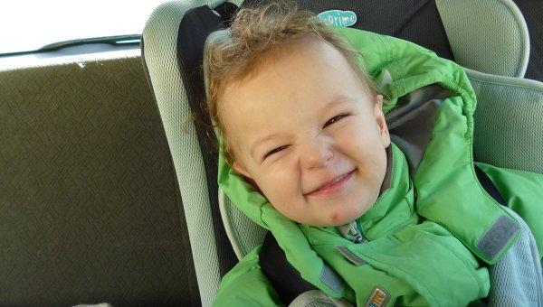 Ребенок в автомобильном кресле. Архивное фото
