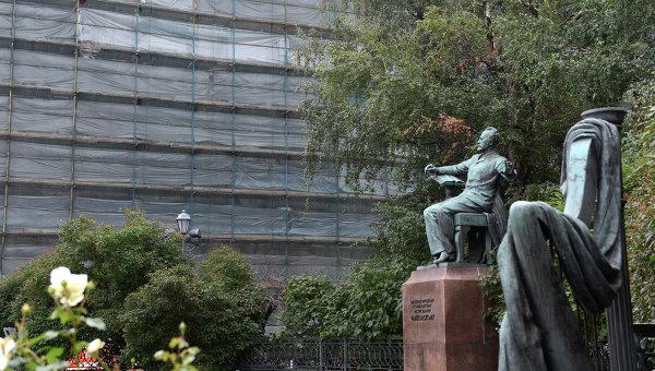Памятник композитору П.И. Чайковскому на Большой Никитской перед зданием московской консерватории. Архивное фото