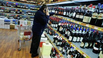 Покупка алкогольной продукции. Архивное фото