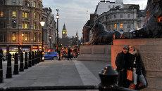 Горожане на Трафальгарской площади в Лондоне, архивное фото