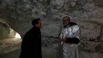 Шен Шилян и Андроник Мигранян в пещере вечной мерзлоты (Якутия)