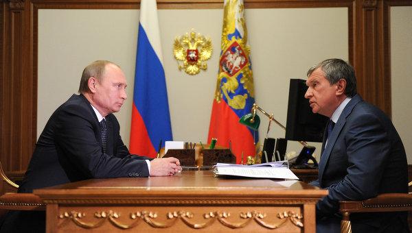 Президент России Владимир Путин (слева) и глава компании Роснефть Игорь Сечин. Архивное фото