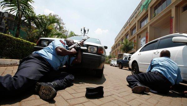Полицейские у здания торгового центра в Найроби. Фото с места события