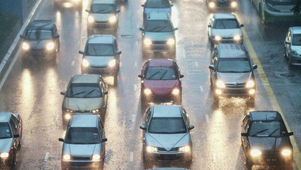 Автомобильное движение. Архивное фото