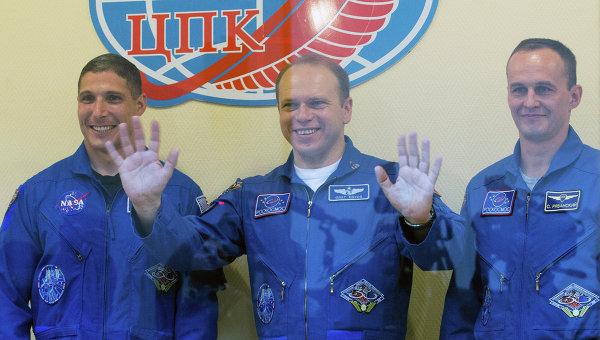Космонавты Роскосмоса Сергей Рязанский, Олег Котов и астронавт NASA Майкл Хопкинс, архивное фото