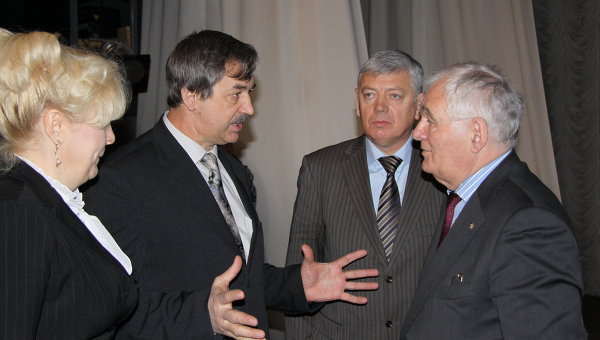 Глава администрации Благовещенска Павел Березовский (слева) и врач Леонид Рошаль (справа)