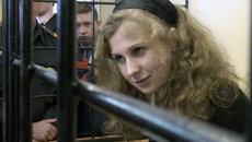 Алехина поддержала Толоконникову на заседании суда черным платьем
