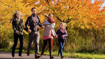 Семья на прогулке, архивное фото