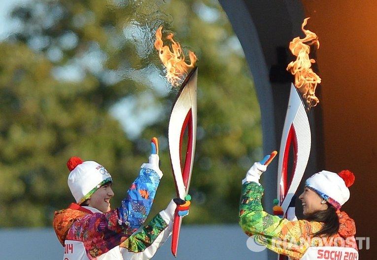 Пианист-вундеркинд Даниил Харитонов (слева) передает факел с огнем балерине Диане Вишневой.