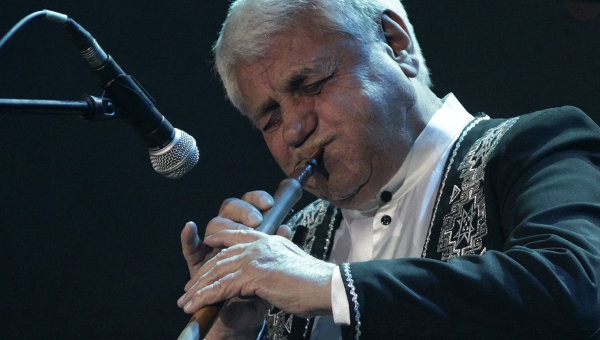 Армянский музыкант, композитор Дживан Гаспарян выступает на сцене театра Мюзик-Холл в Санкт-Петербурге. Архивное фото