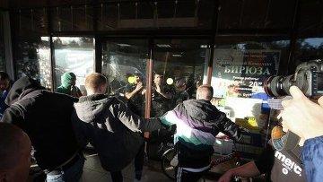 Группа людей бьет стекла в торговом комплексе Бирюза в районе Бирюлево Западное