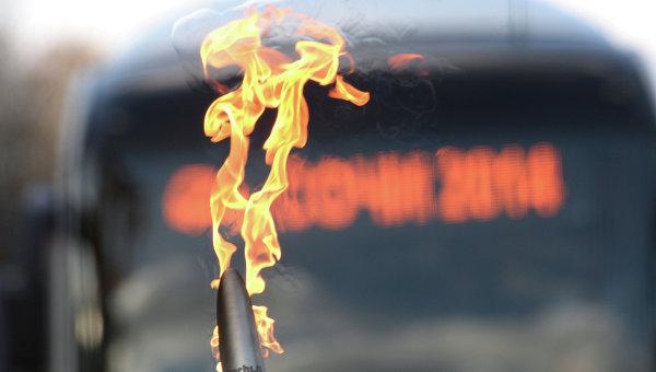 Факел во время Эстафеты Олимпийского огня. Архивное фото
